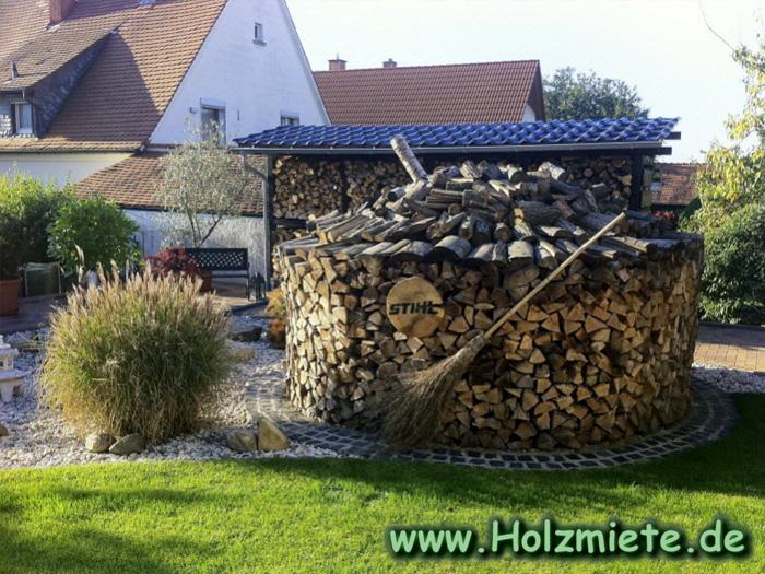 Holzmiete besteht aus größtem Teil aus Buchenholz und einem Teil Akazienholz