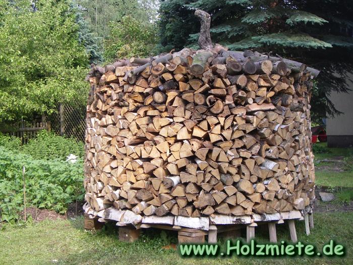 eine schöne Holzmiete um einen alten Baumstumpf zu verstecken