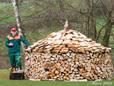 Nach Fertigstellung der Holzmiete, wird diese mit einem Obstler eingeweiht