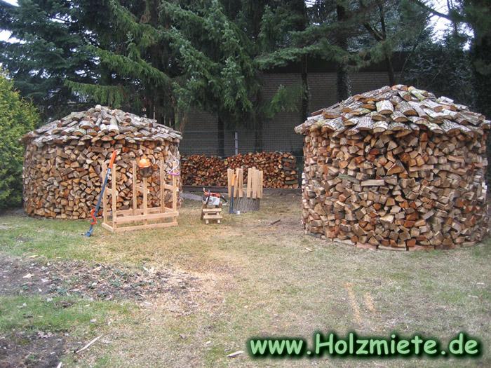 Erle und Pappelholz für den nächsten Winter zur Holzmiete aufgestapelt