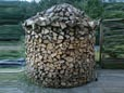 Fichtenholz zur Holzmiete gestapelt