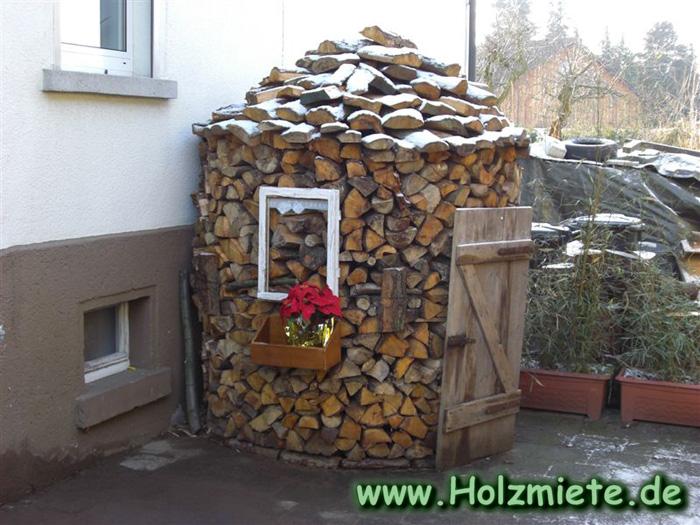 Holzmiete am Weg zur historischen Holzversteigerung in Rodgau Dudenhofen