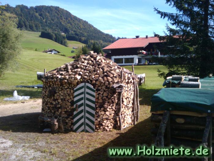 Holz auf kleinem Raum zum Lagern gestapelt in Reit im Winkl