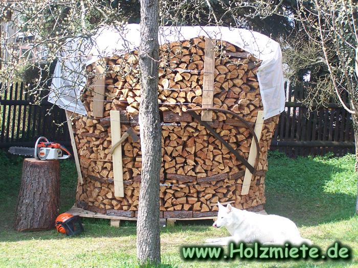 Die Holzmiete als traditionelles und optitsch schönes Holz Bauwerk für den Holzvorrat für den Winter