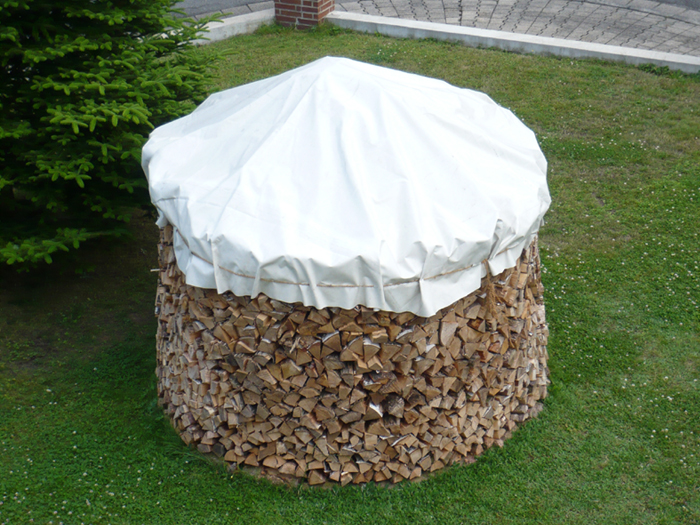 Schön gestapeltes Holz im Garten ist auch was fürs Auge