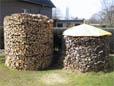 Eine Holzmiete als Vorrat für einen Kaminofen