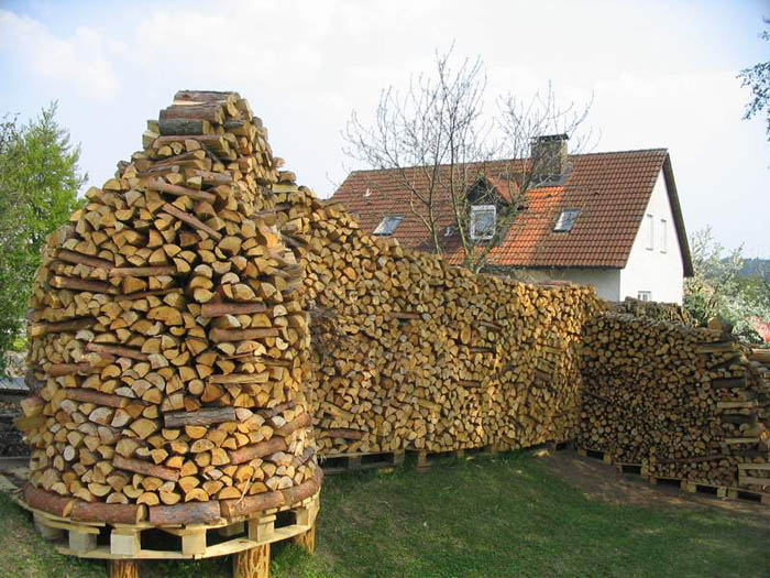 Eine menge Raummeter mit Meterstücke zu einer Holzwand gestapelt
