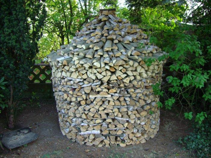 Holz zu einem Holzmeiler stapeln