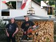 Ein Hingucker, die Holzmiete mit Fahne und beleuchtetem Vogelhaus