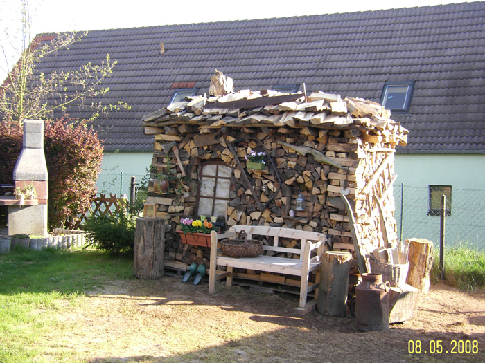 Rechteckige Holzmiete aus Buchen und Eichen Holzscheite für den Kamin