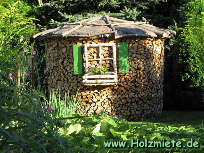 Holzschuppen oder Holzmiete als Holzvorrat für Grundofen