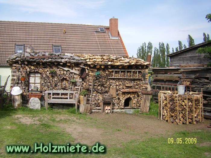 Als Anbau an die vorjährige Holzmiete gibt es jetzt eine Hundehütte im Heizhaus