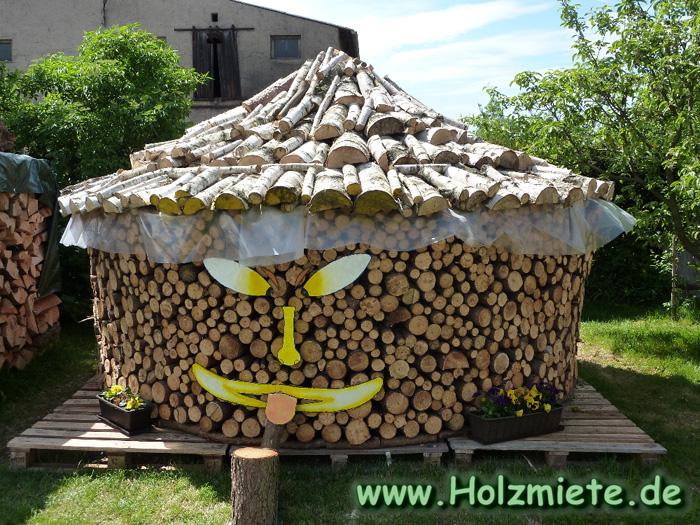 Kiefernrundholz und Birkenholz auf Paletten