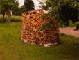 Die Holzmiete fasst also etwa 11,5m³ - die weitgehend aus verschiedensten Laubhölzer gestapelt ist