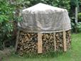 Holzmiete besteht aus Rundhölzer von Obstbaum Astschnitt