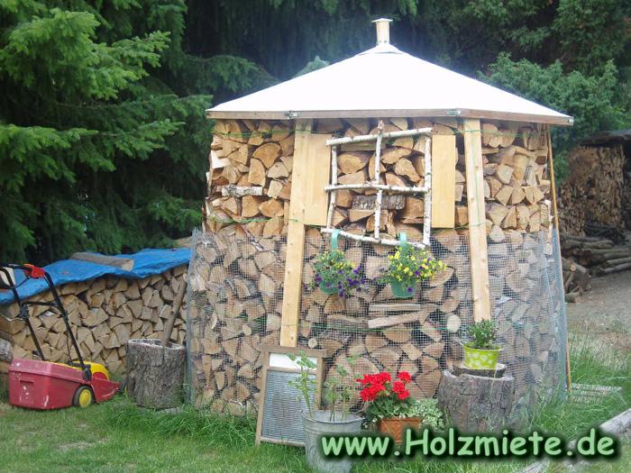 Holzmiete aus Schwarzkiefer und Birkenholz