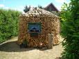 Waldfrisch gelagertes Buchenholz und Eichen Holz im rauhen Wetter des Norden